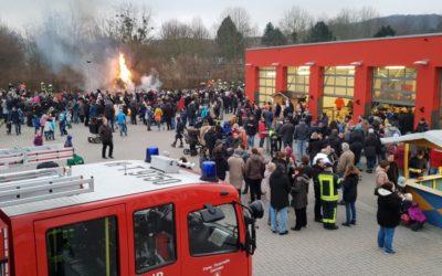 Traditionelles Osterfeuer am Feuerwehrhaus – viele Besucher trotz des kalten Wetters