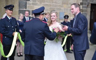 Feuerwehrkameraden stehen zur Hochzeit Spalier