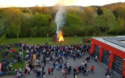 Traditionelles Osterfeuer am Feuerwehrhaus – viele Besucher bei bestem Frühlingswetter