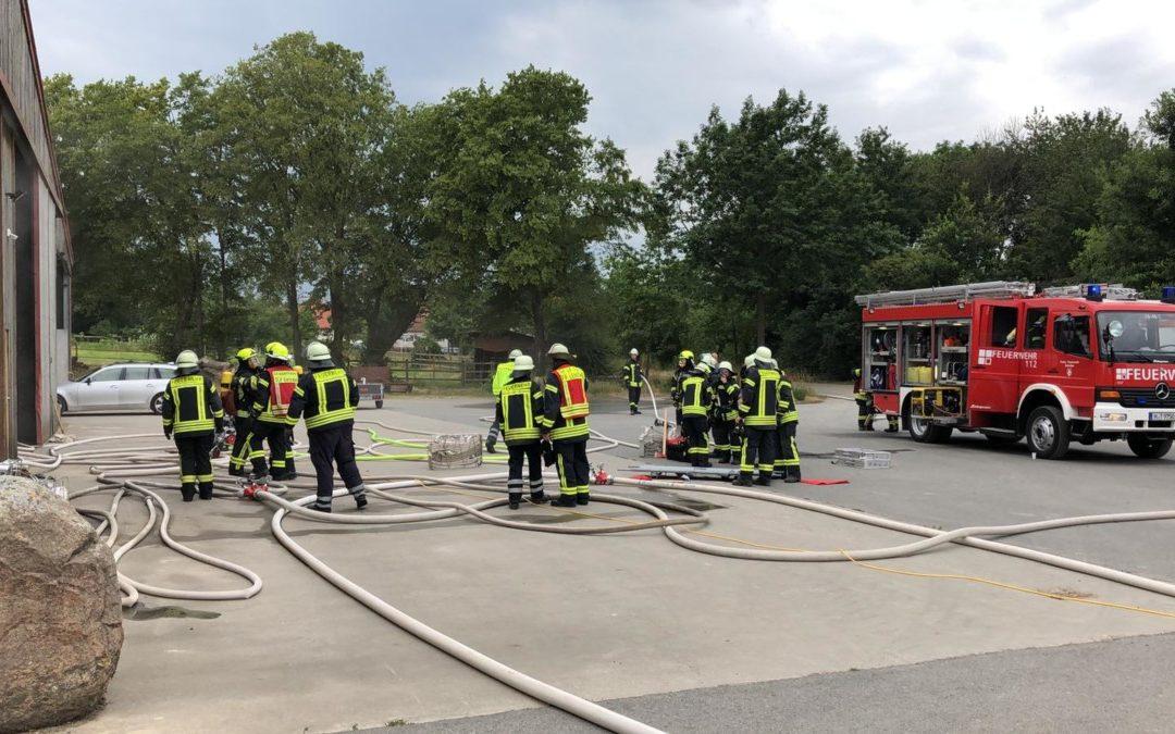 Rauchentwicklung in einer Lagerhalle sorgt für Feuerwehreinsatz
