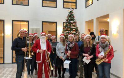 Musikzug verbreitet weihnachtliche Stimmung am Heiligabend